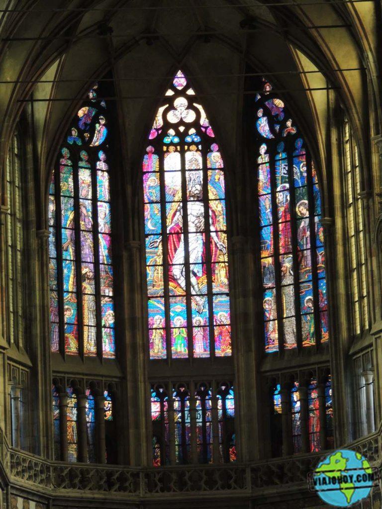 Vidrieras en el coro de la Cathedral de St. Vitus en Praga